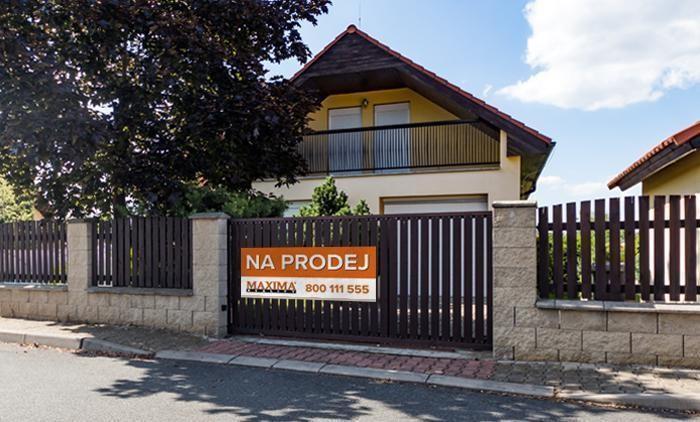 Inzerce nemovitosti - plachta vyvěšená na domě přímo v lokalitě