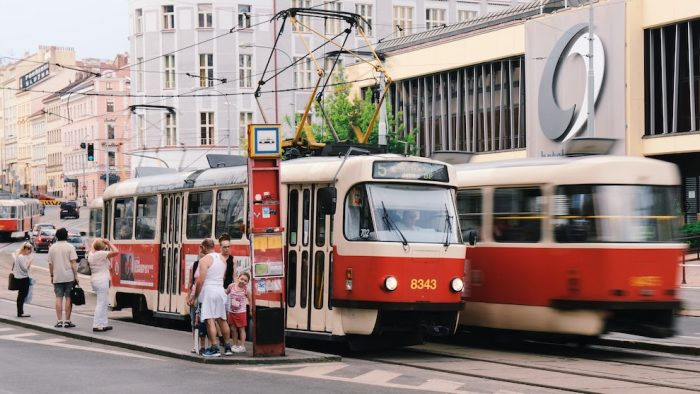 Ceny rodinných domů v Praze ovlivňuje dopravní dostupnost. Tramvaj je lepší než autobus.