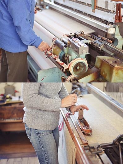 detail ručního zpracování ovčího rouna
